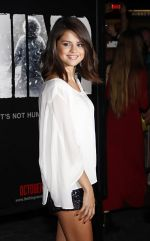 Selena Gomez arrives at LA Premiere of The Thing in Universal Studios on 10th October 2011 (1).jpg