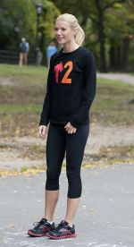 Gwyneth Paltrow at the Filming of _Thanks for Sharing_ in Central Park in New York City on October 11, 2011 (6).jpg