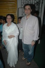 Faisal Khan with his mom at Rockstars special screening in Ketnav, Mumbai on 10th Nov 2011 (13).JPG