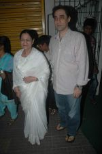 Faisal Khan with his mom at Rockstars special screening in Ketnav, Mumbai on 10th Nov 2011 (15).JPG
