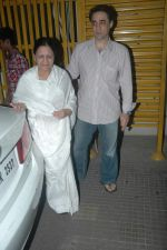 Faisal Khan with his mom at Rockstars special screening in Ketnav, Mumbai on 10th Nov 2011 (18).JPG