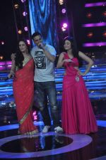 Akshay Kumar, Mona Singh, Ragini Khanna on the sets of Star Ya Rockstar in Famous on 15th Nov 2011 (14).JPG
