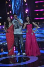 Akshay Kumar, Mona Singh, Ragini Khanna on the sets of Star Ya Rockstar in Famous on 15th Nov 2011 (8).JPG