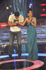 John Abraham, Mansi Parekh on the sets of Star Ya Rockstar in Famous on 15th Nov 2011 (42).JPG