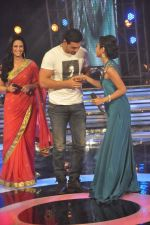 John Abraham, Mona Singh, Mansi Parekh on the sets of Star Ya Rockstar in Famous on 15th Nov 2011 (35).JPG