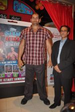 The Great Khali launches the Topps Slam Attax Trading Card Game to bring alive WWE experience for kids in Hamleys on 1st Dec 2011 (74).JPG