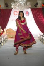 Smiley Suri walk the ramp for Nisha Sagar_s bridal show in Trident on 10th Dec 2011 (6).JPG