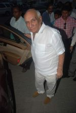 Yash Chopra at Dev Anand_s prayer meet in Mehboob on 16th Dec 2011 (55).JPG