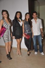 Malaika Arora Khan, Amrita Arora at Farah Khan_s house warming bash on 20th Dec 2011 (156).JPG
