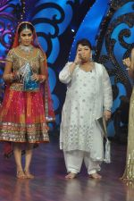 Genelia D Souza, Saroj Khan on the sets of Saroj Khan_s show Nachle Ve at Imagine in R K Studios on 21st Dec 2011 (112).JPG