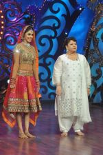 Genelia D Souza, Saroj Khan on the sets of Saroj Khan_s show Nachle Ve at Imagine in R K Studios on 21st Dec 2011 (125).JPG