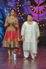 Genelia D Souza, Saroj Khan on the sets of Saroj Khan_s show Nachle Ve at Imagine in R K Studios on 21st Dec 2011 (129).JPG