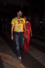 Yuvraj Singh cool casual look snapped at domestic airport on 22nd Dec 2011 (5).JPG