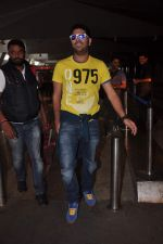 Yuvraj Singh cool casual look snapped at domestic airport on 22nd Dec 2011 (6).JPG