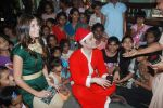 Shiney Ahuja turns santa in Andheri, Mumbai on 24th Dec 2011 (33).JPG