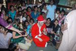 Shiney Ahuja turns santa in Andheri, Mumbai on 24th Dec 2011 (35).JPG