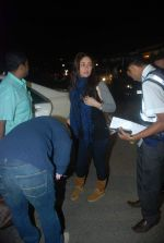 Kareena Kapoor off for a vacation in Airport on 25th Dec 2011 (4).JPG