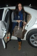 Kareena Kapoor off for a vacation in Airport on 25th Dec 2011 (5).JPG