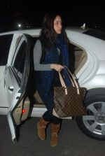 Kareena Kapoor off for a vacation in Airport on 25th Dec 2011 (6).JPG