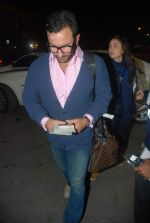 Saif Ali Khan, Kareena Kapoor off for a vacation in Airport on 25th Dec 2011 (7).JPG