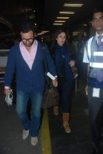 Saif Ali Khan, Kareena Kapoor off for a vacation in Airport on 25th Dec 2011 (8).JPG