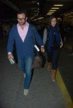 Saif Ali Khan, Kareena Kapoor off for a vacation in Airport on 25th Dec 2011 (9).JPG