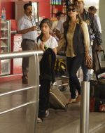Gauri Khan leaves for Dubai with kids aryan and suhana in Airport, Mumbai on 27th Dec 2011 (10).JPG