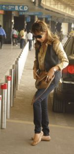 Gauri Khan leaves for Dubai with kids aryan and suhana in Airport, Mumbai on 27th Dec 2011 (9).JPG