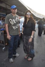 Alvira Khan, Atul Agnihotri leave for New Year_s celebration in Airport, Mumbai on 28th Dec 2011 (14).JPG