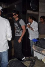 Hrithik Roshan leave for New Year_s celebration in Airport, Mumbai on 28th Dec 2011 (23).JPG