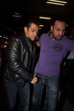 Salman Khan leave for New Year_s celebration in Airport, Mumbai on 28th Dec 2011 (2).JPG