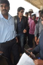 Shahrukh Khan snapped at the Domestic Airport in Mumbai on 29th Dec 2011 (27).JPG