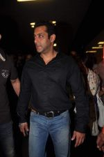 Salman Khan return from Dubai on 3rd Jan 2012 (20).JPG