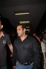 Salman Khan return from Dubai on 3rd Jan 2012 (21).JPG