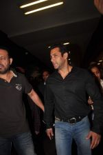 Salman Khan return from Dubai on 3rd Jan 2012 (22).JPG