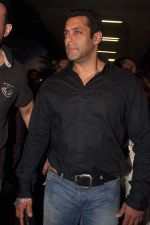 Salman Khan return from Dubai on 3rd Jan 2012 (24).JPG