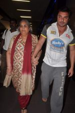 Sohail Khan, Salma Khan return from Dubai on 3rd Jan 2012 (13).JPG
