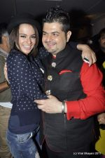 Kangna Ranaut, Dabboo Ratnani at the Launch of Dabboo Ratnani_s Calendar 2012 in Mumbai on 9th Jan 2012 (88).JPG