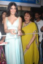 Koena Mitra at the launch of Looks Cosmetic Clinic in Lokhandwala on 17th Jan 2012 (22).JPG