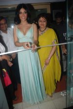 Koena Mitra at the launch of Looks Cosmetic Clinic in Lokhandwala on 17th Jan 2012 (24).JPG