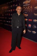 Mukesh Bhat at the 7th Chevrolet Apsara Awards 2012 Red Carpet in Yashraj Studio, Mumbai on 25th Jan 2012 (2).JPG