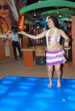 Hawaiin dancers at Maui Jim sunglasses launch in NSE Goregaon on 30th Jan 2012 (13).JPG