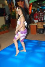 Hawaiin dancers at Maui Jim sunglasses launch in NSE Goregaon on 30th Jan 2012 (16).JPG