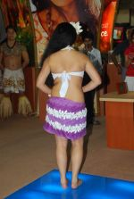 Hawaiin dancers at Maui Jim sunglasses launch in NSE Goregaon on 30th Jan 2012 (19).JPG