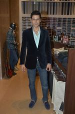Angad Bedi at Raymonds new store in Warden Road on 6th Feb 2012 (100).JPG