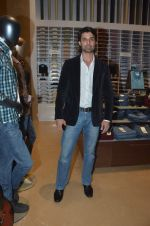 ameet gaur at Raymonds new store in Warden Road on 6th Feb 2012 (2).JPG