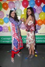 Amy Billimoria, Nandini Singh at Viren Shah_s happy slappy party in Blue Frog on 12th Feb 2012 (36).JPG