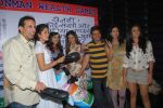 Vidya Malvade, Viren Shah, Amy Billimoria, Nandini Singh, Deepti Bhatnagar, Parvez Damania  at Viren Shah_s happy slappy party in Blue Frog on 12th Feb 2012 (25).JPG