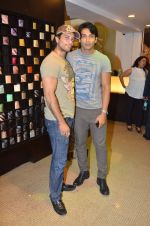 Akashdeep Saigal at Anjana Khutalia paints designer Pria Kataria Puri in Satya Paul Store on 16th Feb 2012 (85).JPG