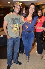 Akashdeep Saigal, Pooja Bedi at Anjana Khutalia paints designer Pria Kataria Puri in Satya Paul Store on 16th Feb 2012 (77).JPG
